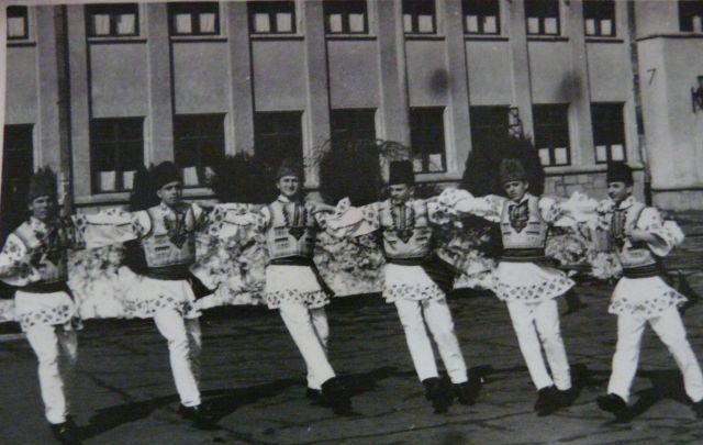 Un grup de dansatori