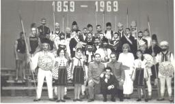 Formaţia artistică a comp. I-a împreună cu: Mr. Guşu Gh., prof. mr. Călin D., prof. Bărboi C.