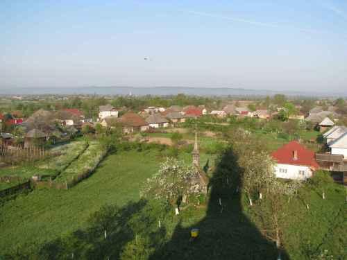 Satul in umbra bisericii