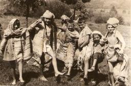 Liliana Ilie (a doua din stg.), Lacramioara Cristea (ultima) si alti copii ai profesorilor din liceu
