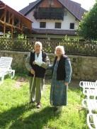 a1. Familia Radu si Eugenia Greceanu in gradina pensiunii Casa ardeleana